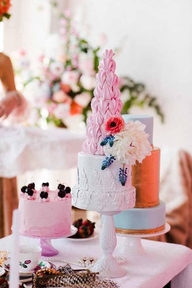 Um, dois ou três...de quantos bolos você precisa na sua festa? Pode ser um diferente do outro, assim como nessa imagem