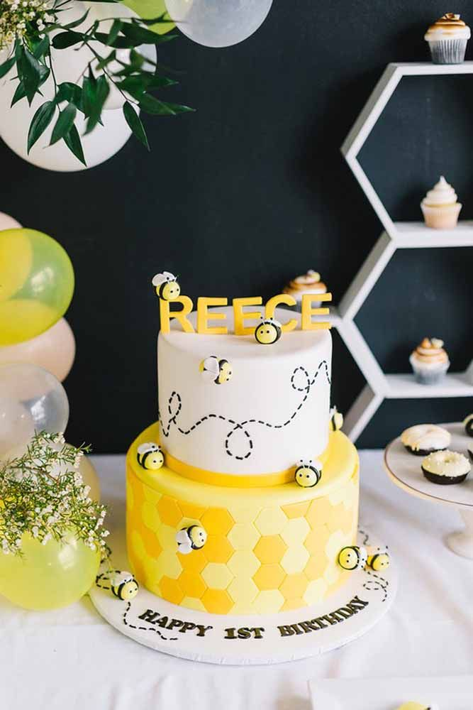 Já nesse outro bolo, o charme fica por conta das abelhinhas feitas de pasta americana