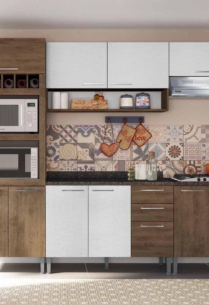 Já essa cozinha modulada entra em cena com os azulejos de estilo retrô