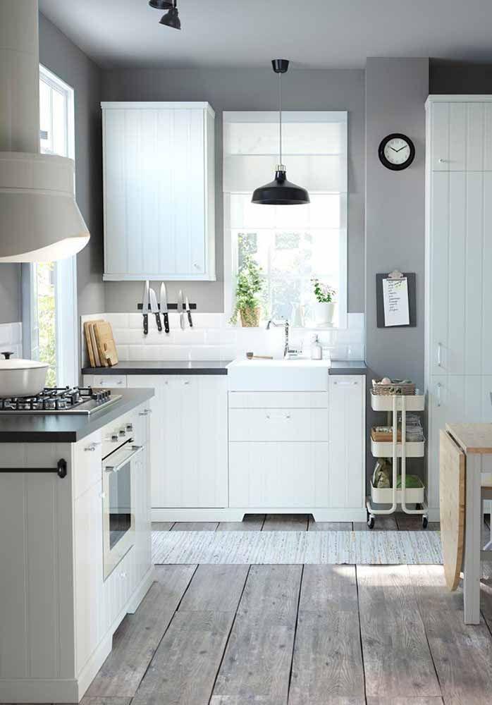 Os espaços que sobram nas laterais do armário acabam sendo um charme a mais para a cozinha, como nessa imagem em que o armário aéreo não se encaixa no tamanho exato da parede