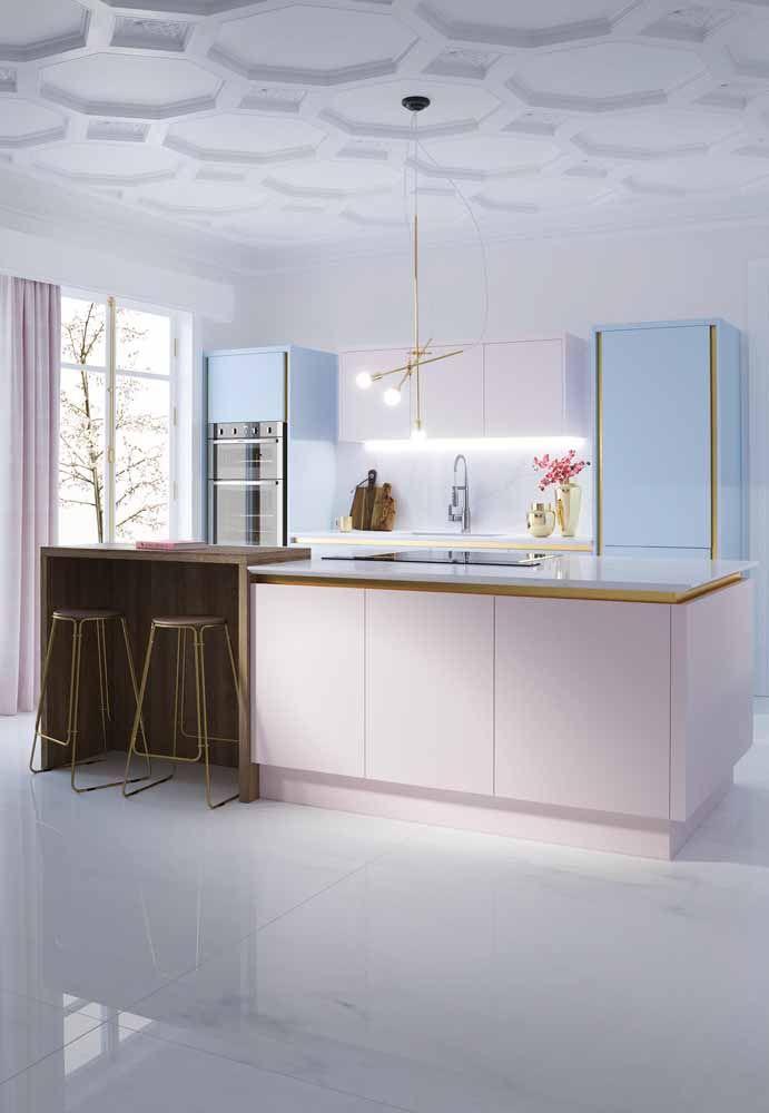 Cozinha modulada com ilha: o design moderno de linhas retas e sem puxadores valorizou ainda mais o ambiente