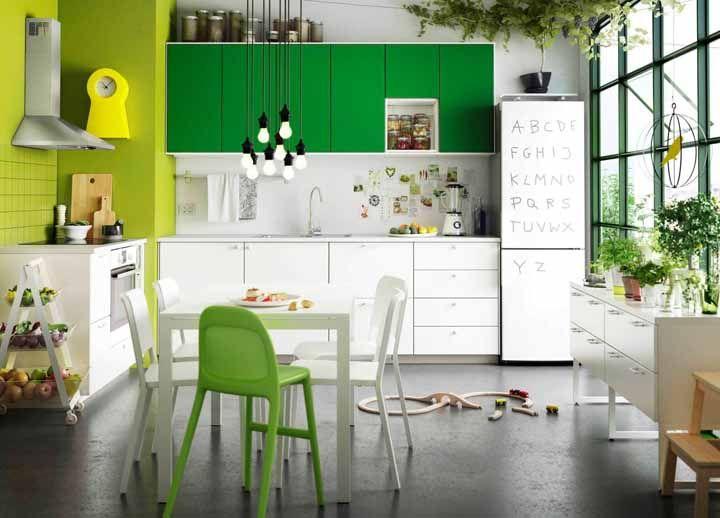 Uma opção para deixar a cozinha modulada mais próxima daquilo que você deseja é envelopando os armários com papel contact colorido