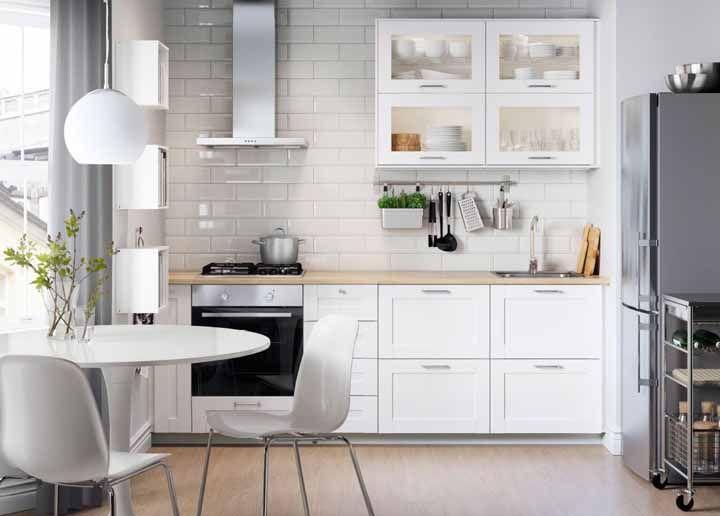 O suporte para utensílios dá um charme a mais para a cozinha modulada branca
