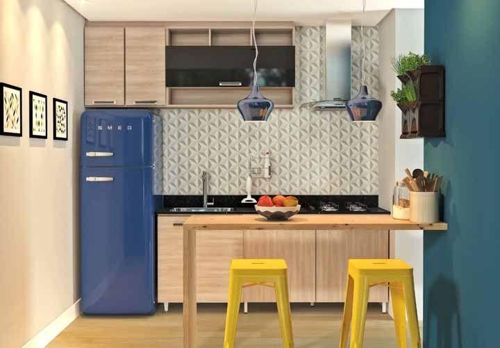 A geladeira azul completa a decor dessa cozinha modulada