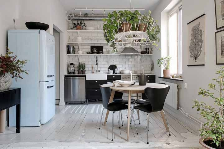 A cozinha modulada fica mais charmosa com as plantas na decoração