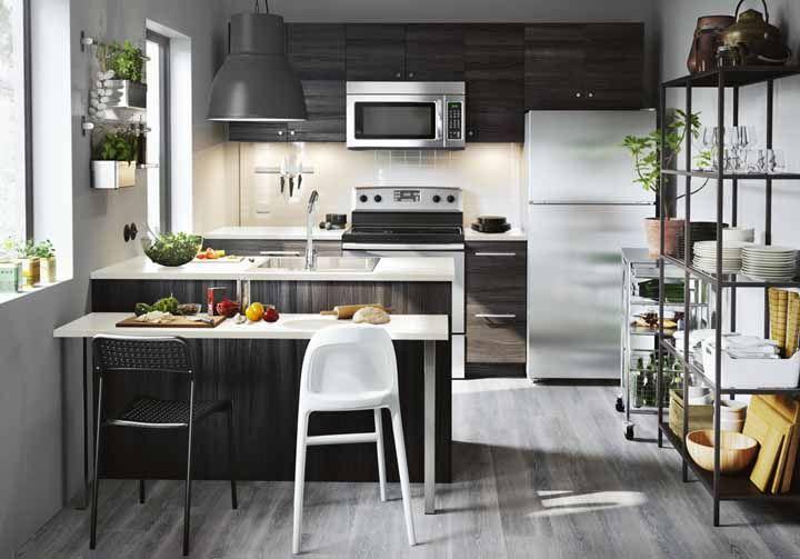O balcão e a estante de nichos funcionam muito bem nessa cozinha modulada, já que eles ajudam a otimizar o espaço