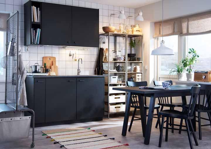 Não é uma regra, mas vai bem combinar a cor da cozinha modulada com a cor do conjunto de mesa e cadeiras