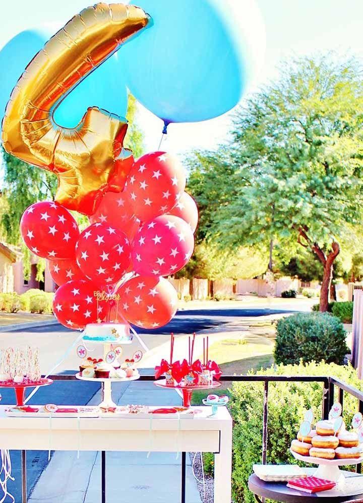 Nada mais simples e econômico do que decorar com balões; e você os encontra facilmente nas cores da personagem
