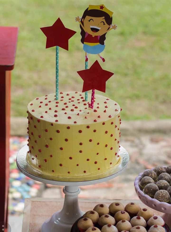 Uma versão simples e descontraída de bolo da Mulher Maravilha
