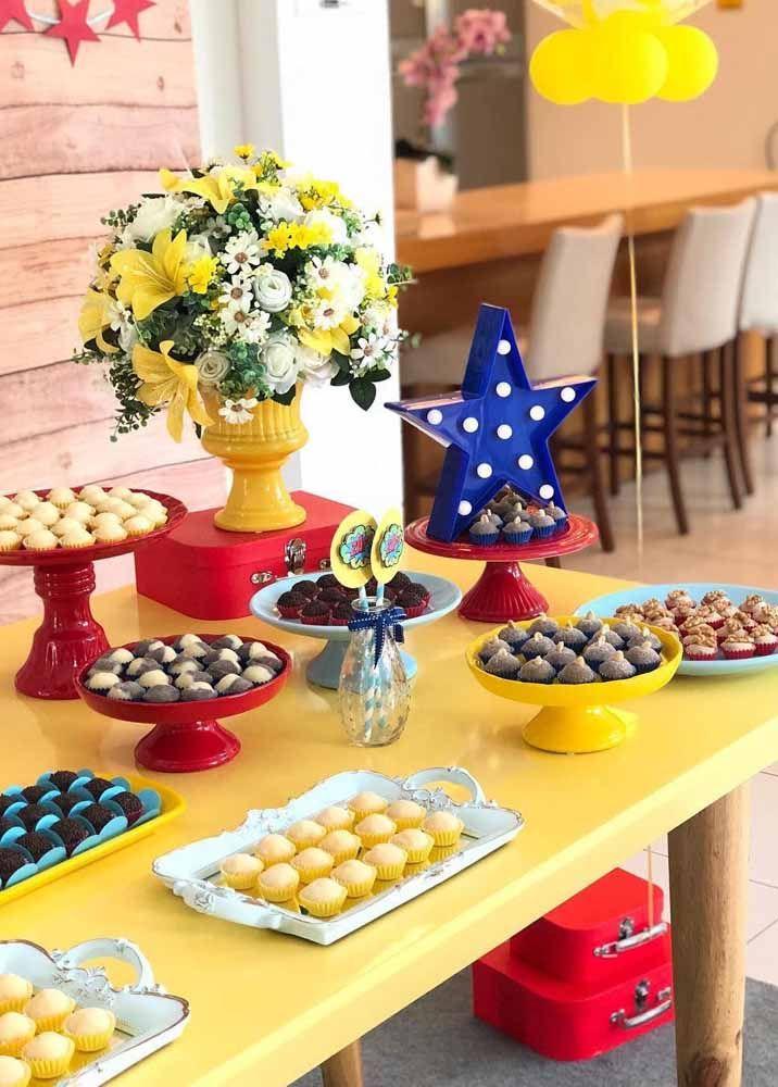 O tema aqui é reconhecido pelas cores; o vaso de flores amarelas complementa lindamente a decoração
