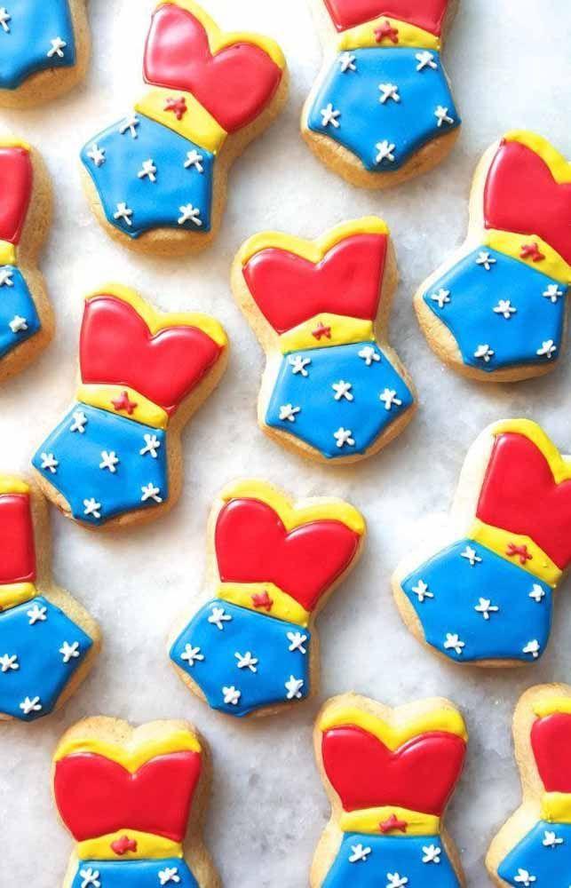 Biscoitinhos decorados com a silhueta inconfundível da Mulher Maravilha