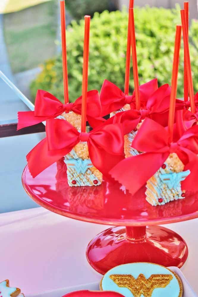 Mini docinhos decorados com o símbolo da Mulher Maravilha