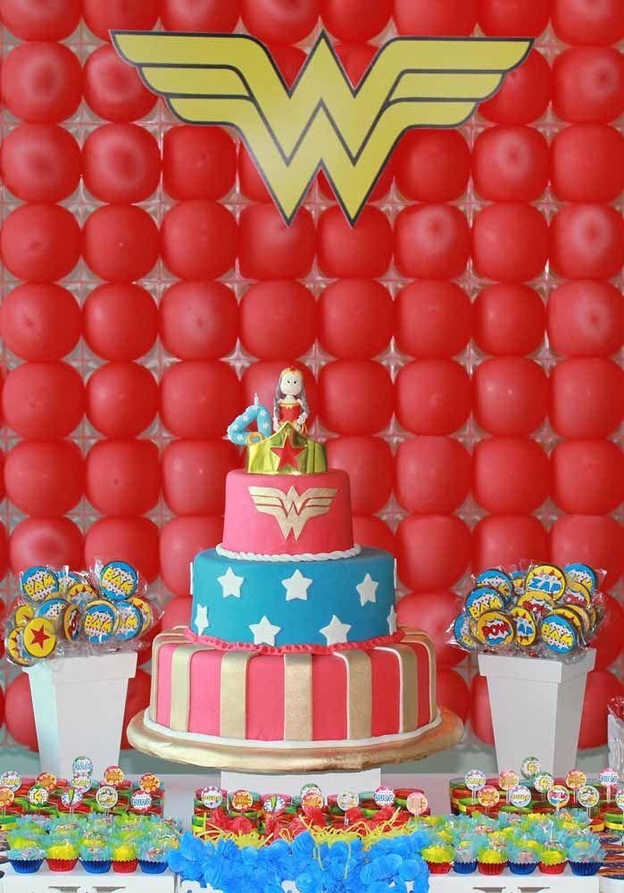 O painel de balões vermelhos é o destaque dessa festa