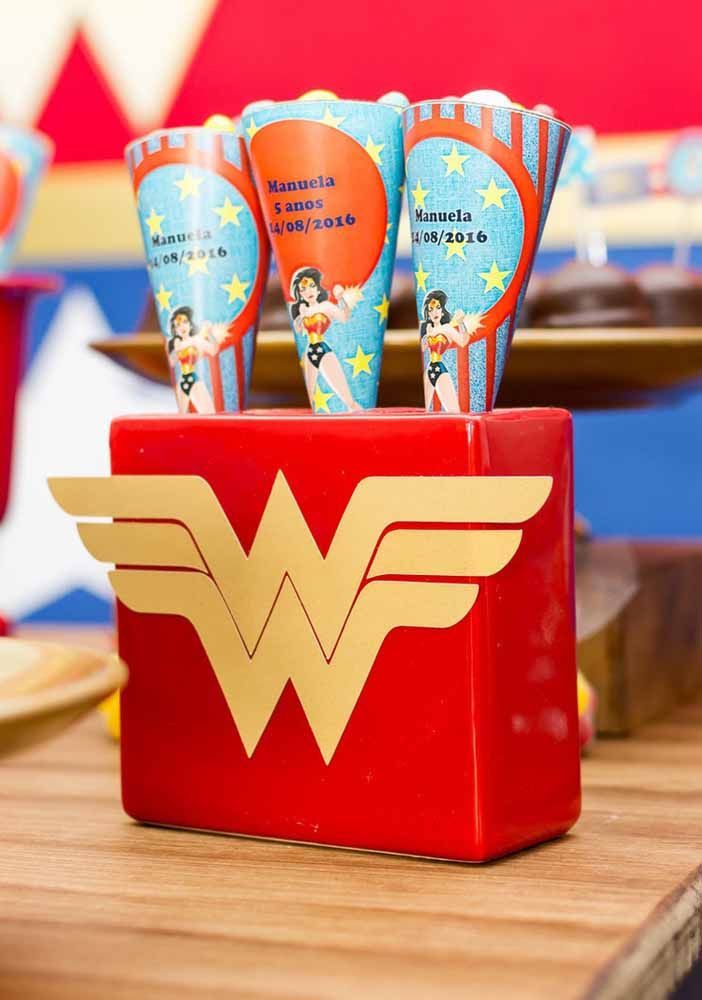 Cones de doces personalizados com o tema da festa