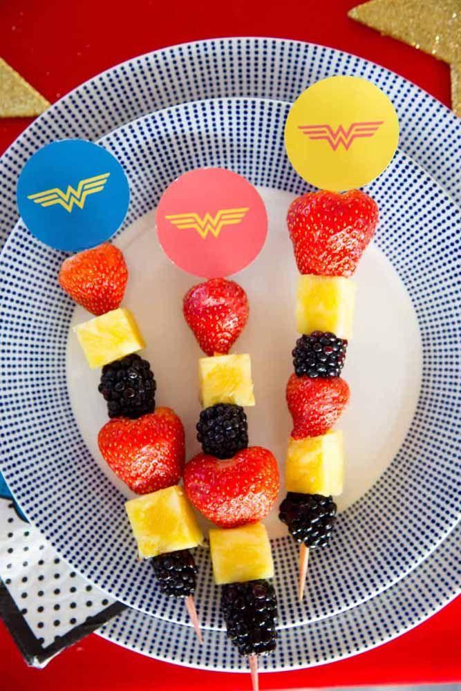 Os espetinhos de frutas no trio de cores da Mulher Maravilha