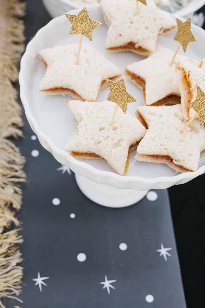 A tradicional estrela dourada decora os biscoitinhos no mesmo formato