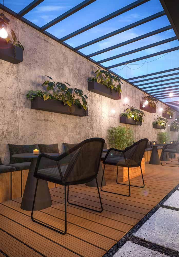 As jardineiras na parede garantem o verde e o frescor da natureza para a área externa