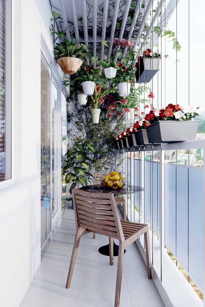 Já nessa outra varanda de apartamento as floreiras foram suspensas por cordas de aço; logo acima a tubulação serve de apoio para os vasos