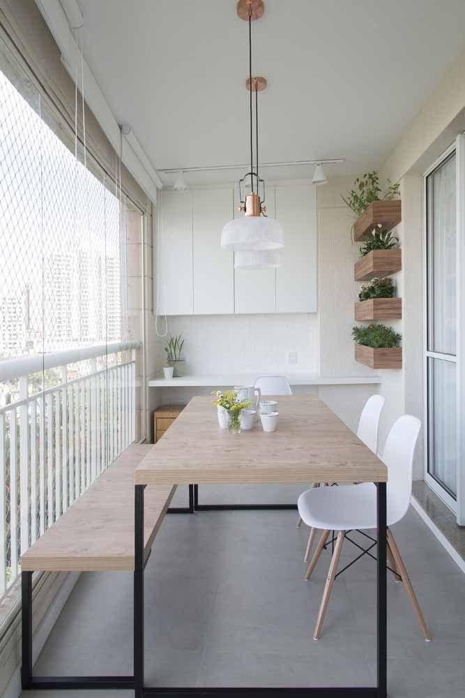 A varanda gourmet recebeu um discreto, mas caprichado jardim suspenso