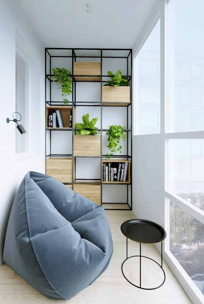 A estante com nichos de estilo industrial é perfeita para montar um jardim suspenso