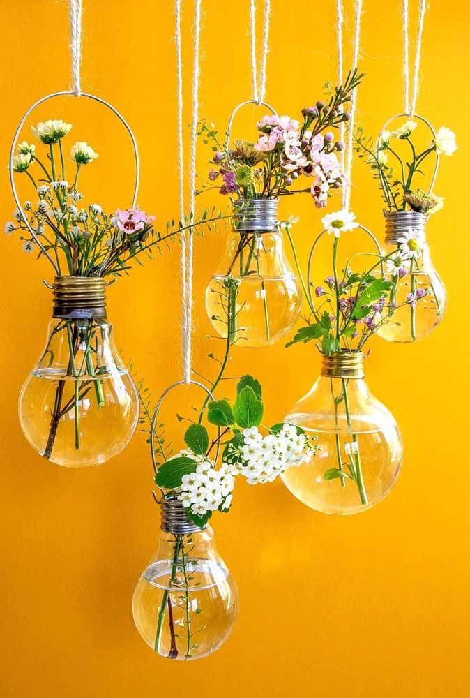 Reaproveite as lâmpadas queimadas como vasinhos! Olha como ficam delicadas