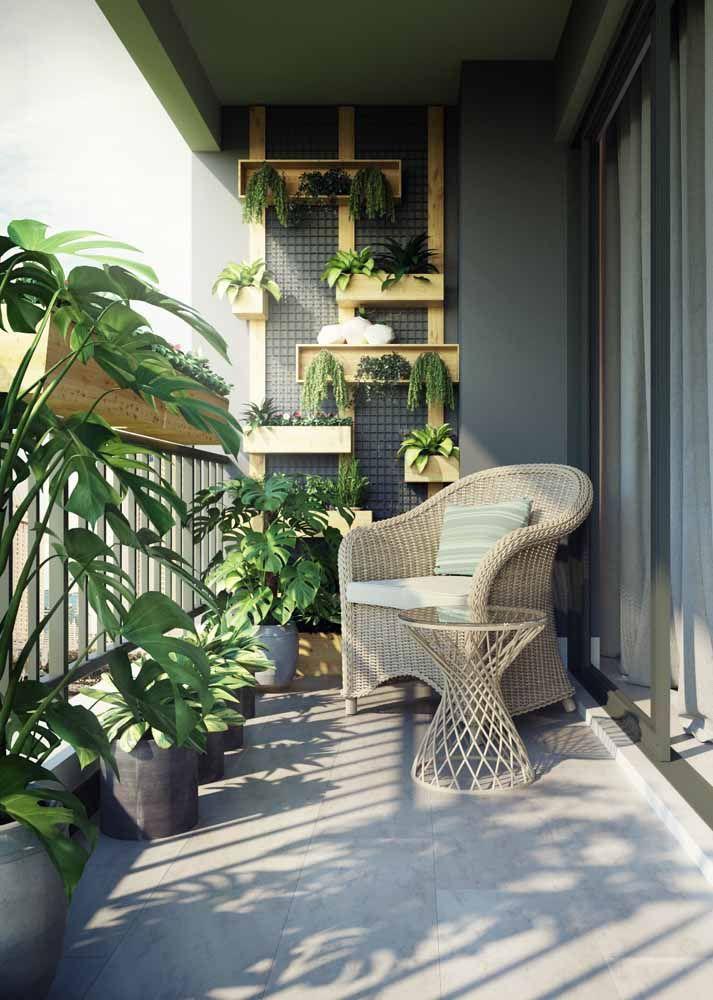 Os nichos de madeira garantem o toque de vida e frescor dessa varanda; as costelas de adão completam a decor