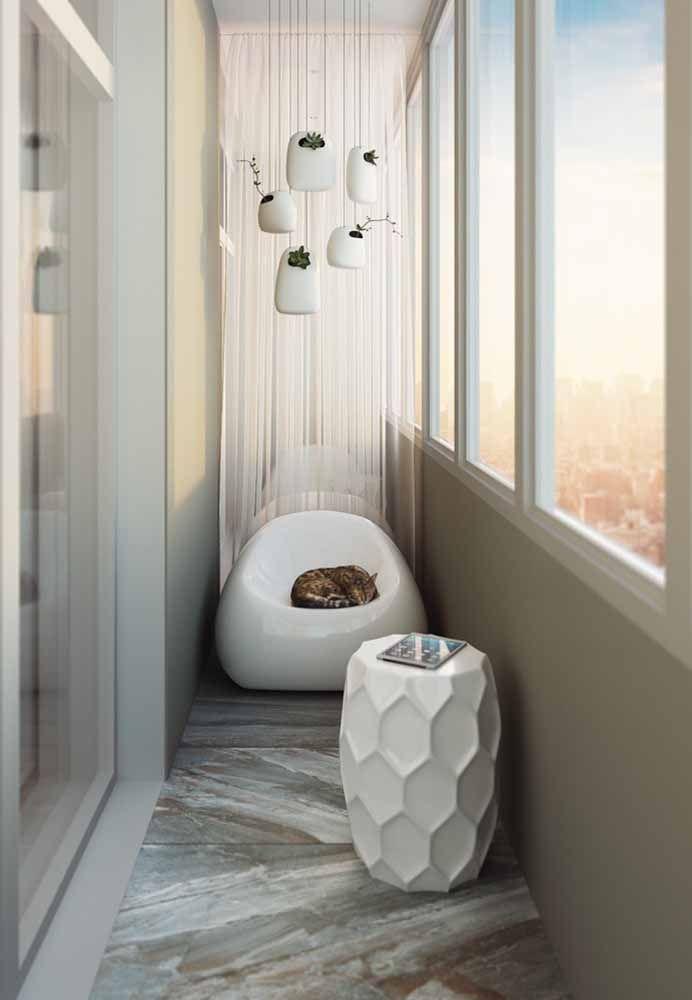 Compondo a decoração da varanda, esses minis vasos brancos trazem espécies delicadas de plantas em seu interior