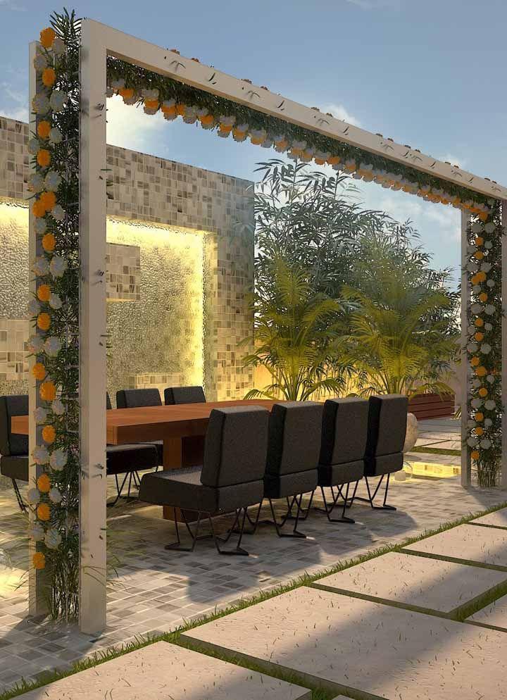 A sala de reuniões ao ar livre fica mais convidativa com a moldura de flores