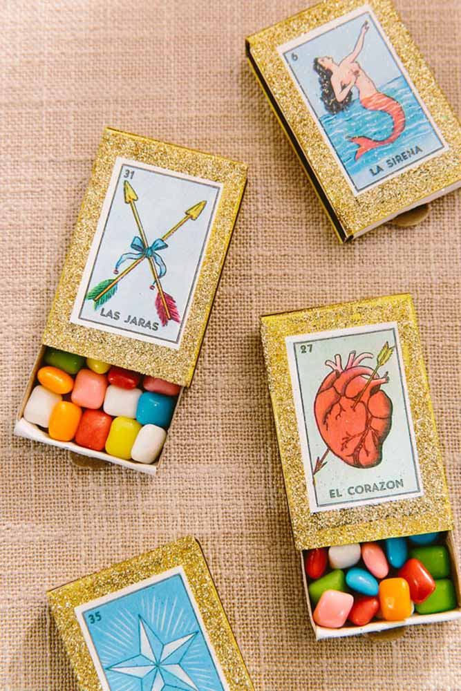 Cartas de tarot e mini chiclets: personalização é tudo nas lembrancinhas
