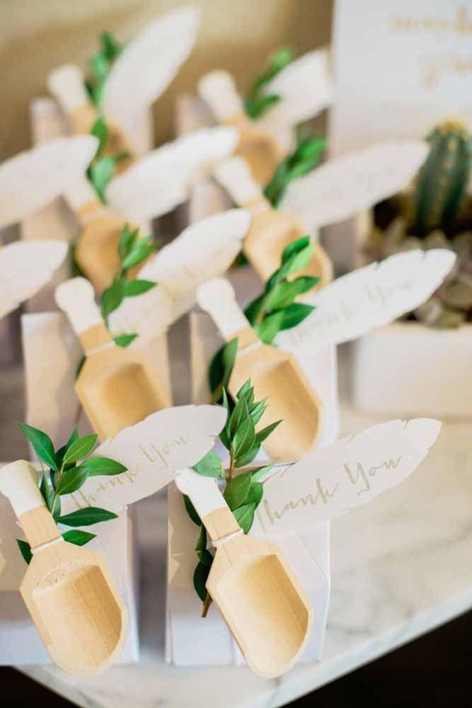 Garrafinhas decoradas com raminhos verdes: simples, mas cheias de charme
