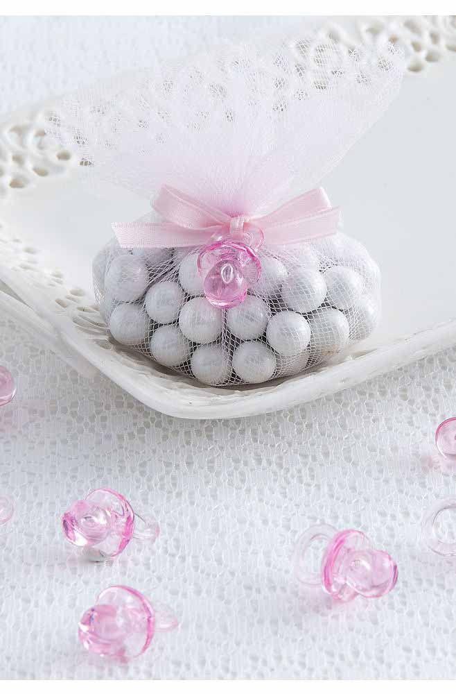 Aqui, a lembrancinha de maternidade é um sachê perfumado decorado com uma mini chupeta