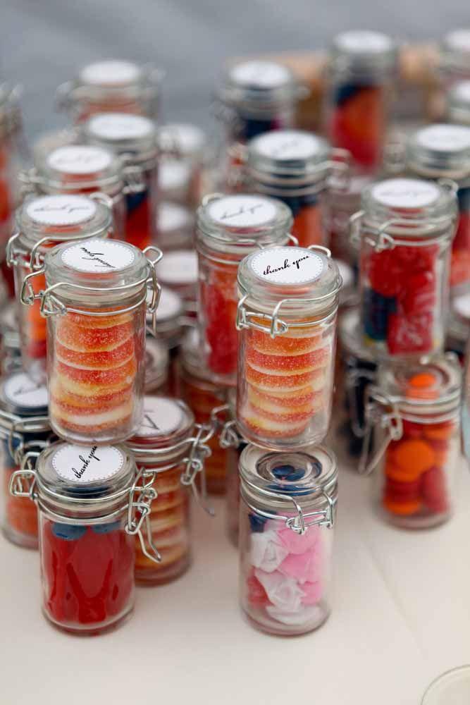 Potes herméticos recheados de guloseimas variadas: uma boa opção de lembrancinha de maternidade