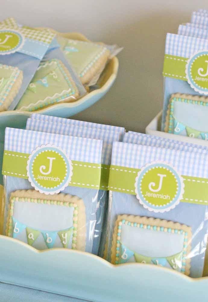 Você pode combinar as cores do quartinho do bebê com as cores da lembrancinha de maternidade