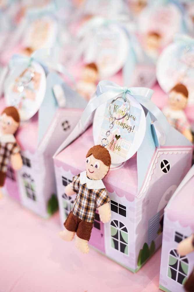 Lembrancinha dupla: casinha com doces e chaveiro