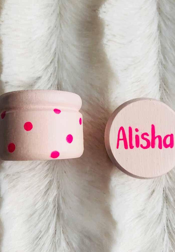 Potinho de creme pintado e personalizado com o nome do bebê.