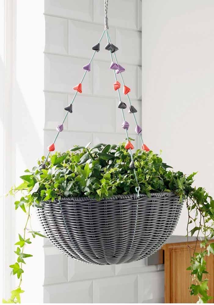 Cesto de vime servindo como suporte para o vaso de plantas, linda inspiração!