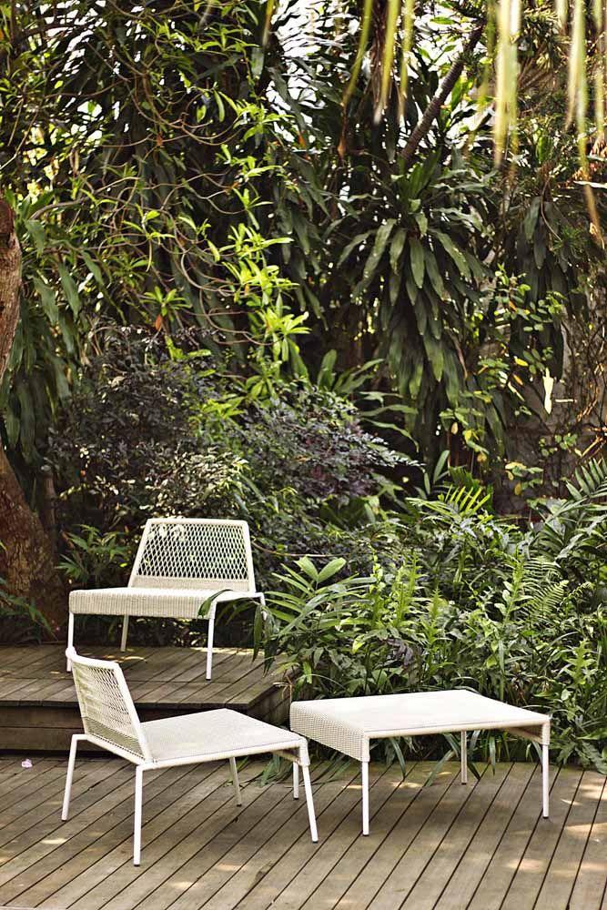 O vime branco forma um belo contraste com a paisagem verde escuro aos fundos