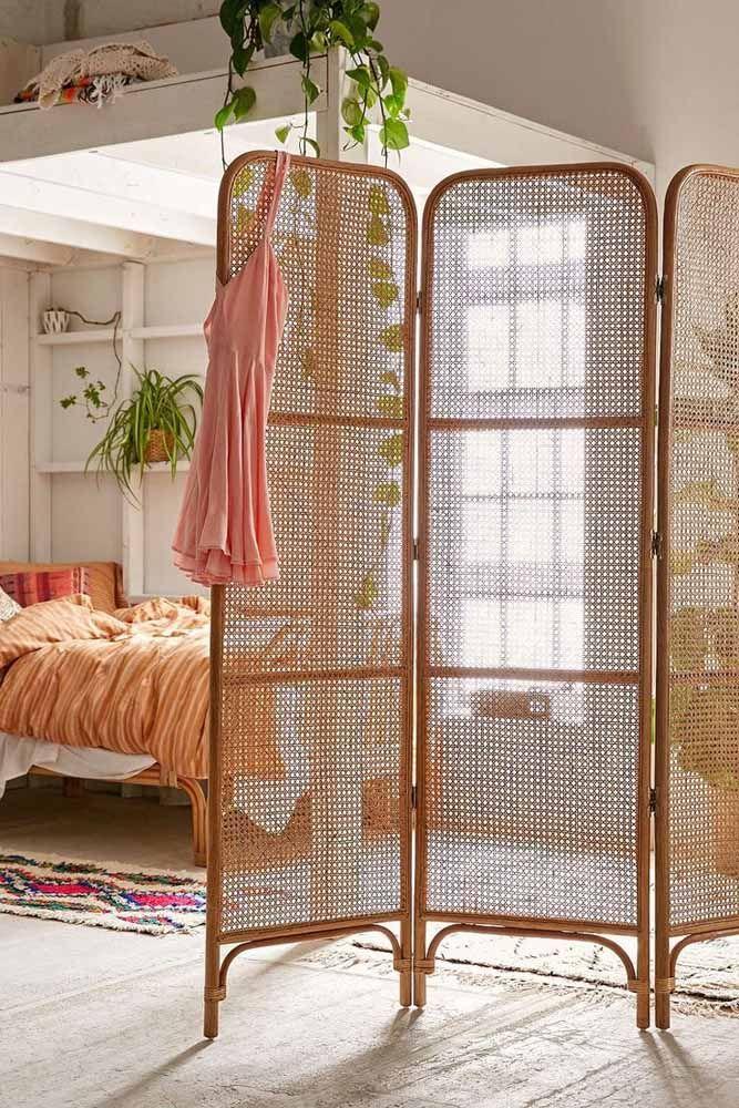 Um biombo de vime e bambu para dividir suave e delicadamente os ambientes
