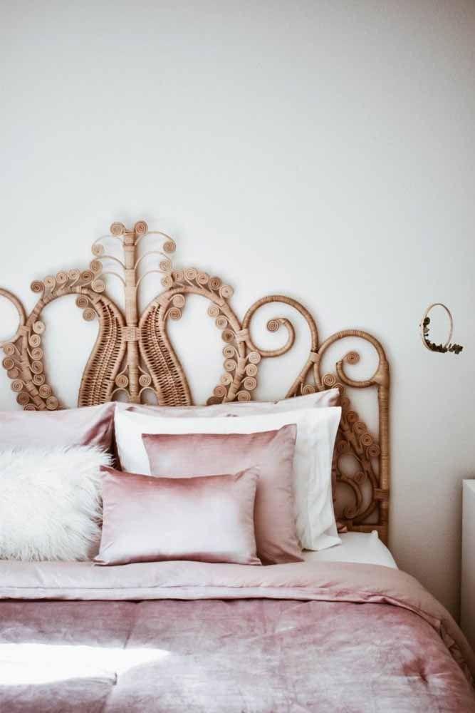 Cheia de formas e curvas: a cabeceira de cama feita em vime é o elemento decorativo predominante nesse quarto