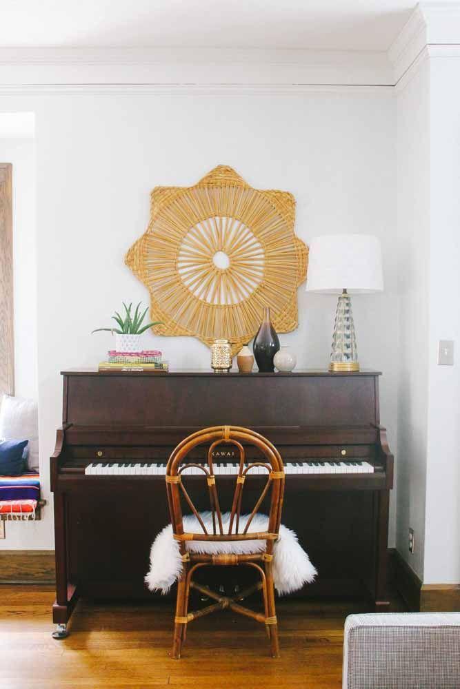 E para se sentar ao piano, uma convidativa cadeira de vime