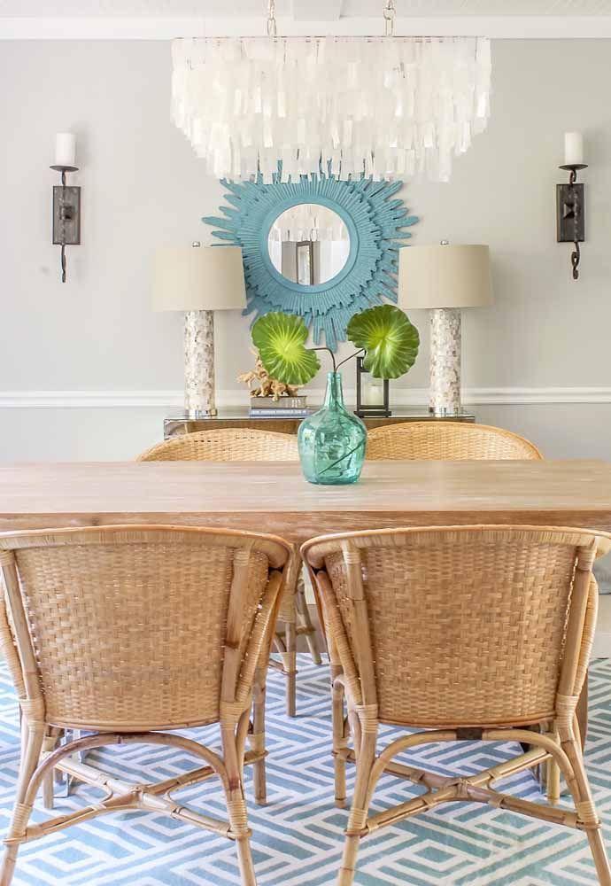 Sala de jantar decorada com mesa e cadeiras de vime