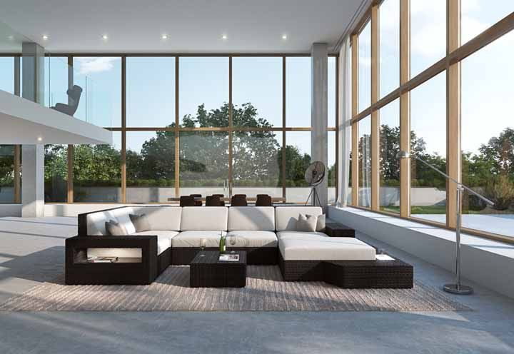 Um sofá de canto feito de vime para curtir a sala ensolarada