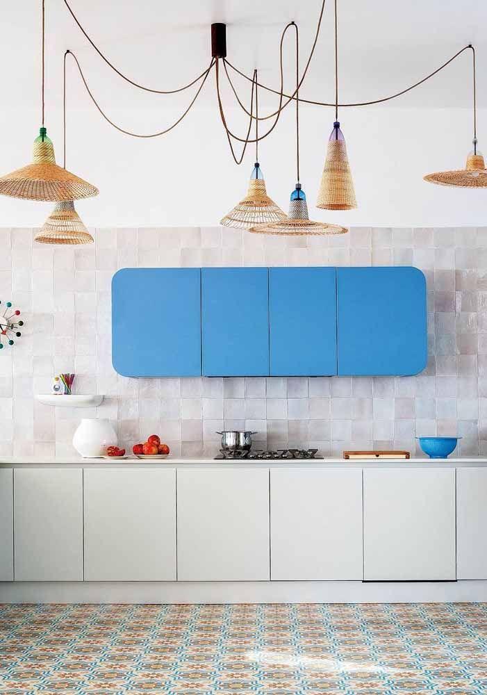 A cozinha moderna apostou em luminárias variadas feitas em vime