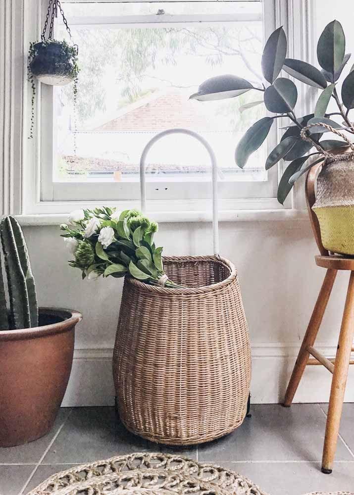Carrinho de feira com cesto feito de vime; quando não está em uso, a peça se torna um item decorativo na casa