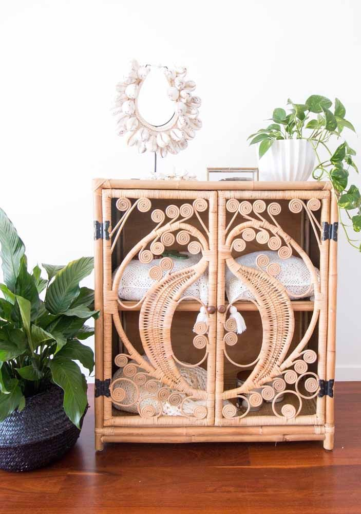 E o que acha de um móvel de vime como esse decorando a sua sala? Aproveite e use plantas para completar o visual