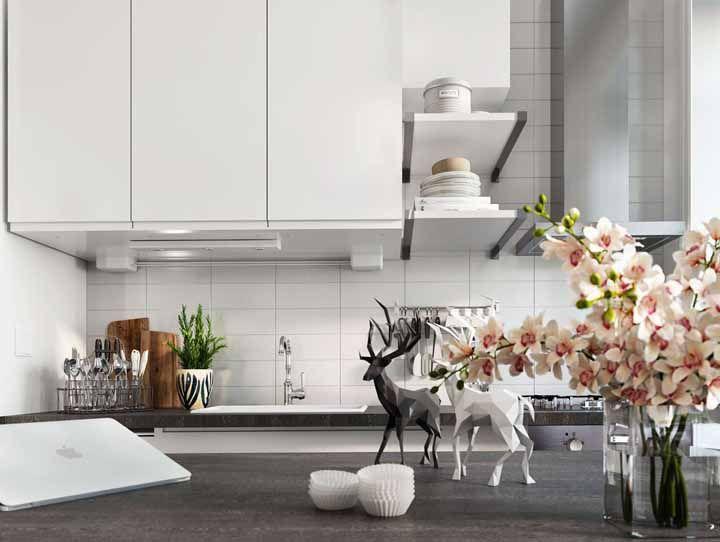 A cozinha preta e branca também se rendeu aos encantos dessa flor