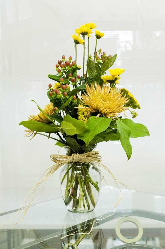 Para completar o arranjo de flores amarelas um laço rústico de ráfia