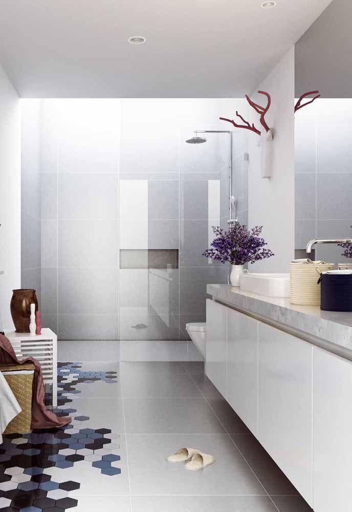 O banheiro branco ganhou cor e alegria com o arranjo azulado de centáureas