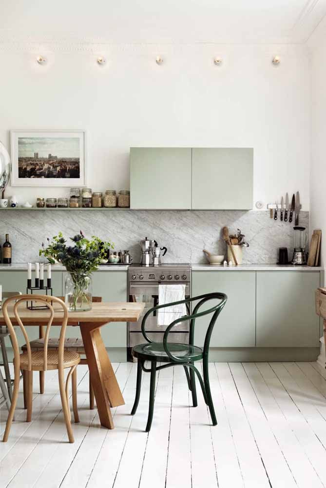 A cozinha de ar rústico e retrô apostou em um arranjo de centáureas para a mesa de madeira