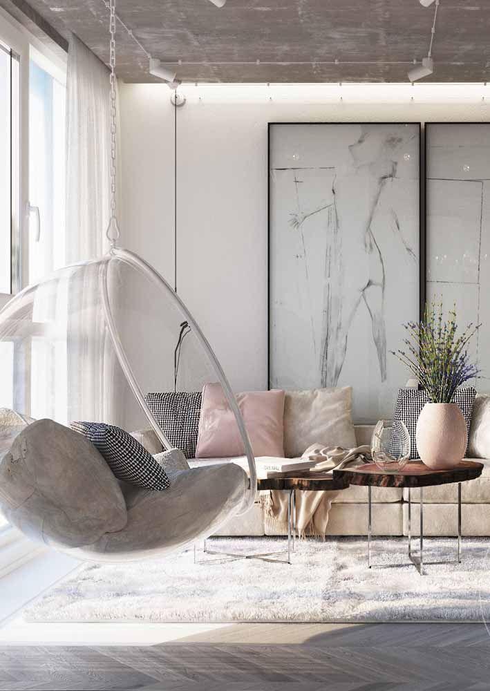 Uma sala clássica e elegante com um vaso singelo, mas muito bonito de nabiças